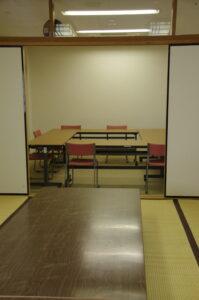 会議室から見たワーキングスペースの写真